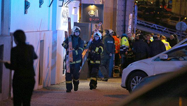 Спасатели на месте пожара в гостинице в Праге Чехия