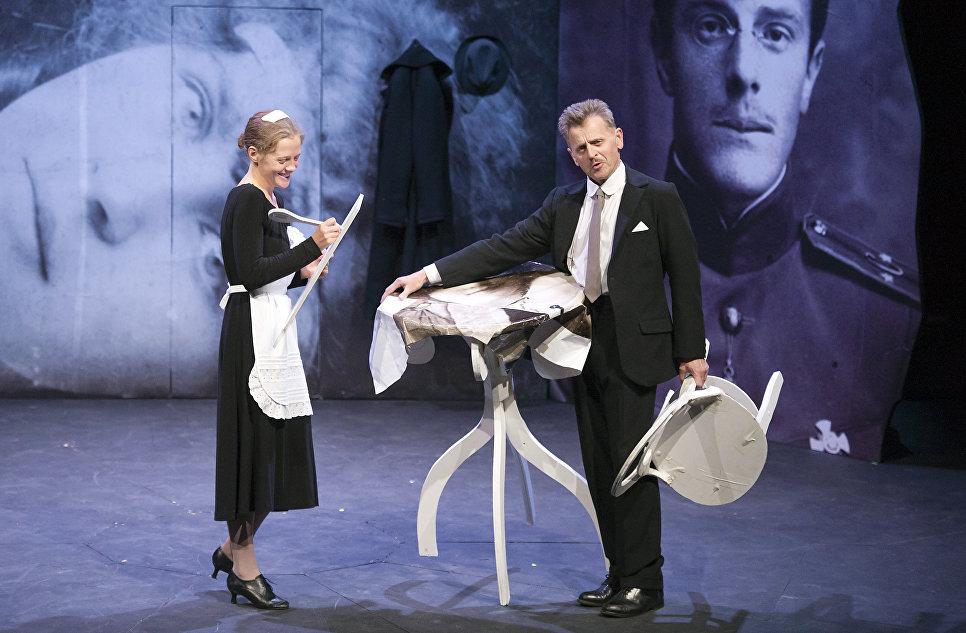 Михаил Барышников и Анна Синякина во время репетиции спектакля В Париже в Национальном театре Шайо в Париже, 2011  год.