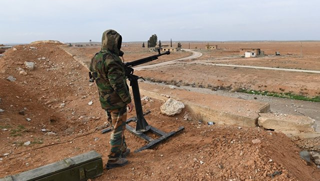 Сирийский военнослужащий в аэропорту Абу-Дхоу в провинции Идлиб, Сирия. Архивное фото