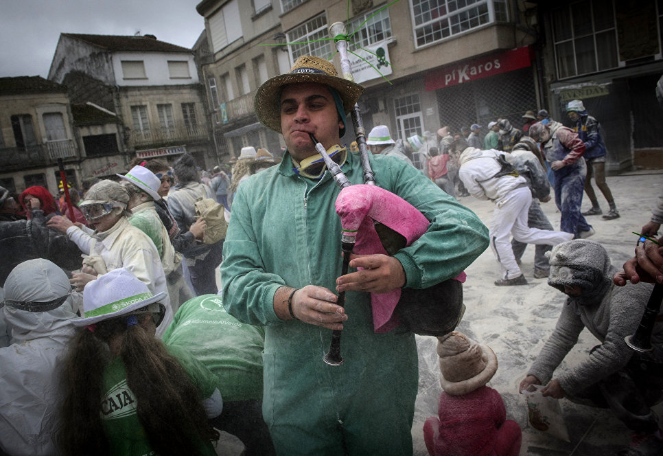 Мужчина играет на волынке во время мучного фестиваля Domingo Fareleiro в Испании