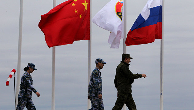 """Эксперт: действия США толкают Россию и Китай """"в объятия друг друга"""""""