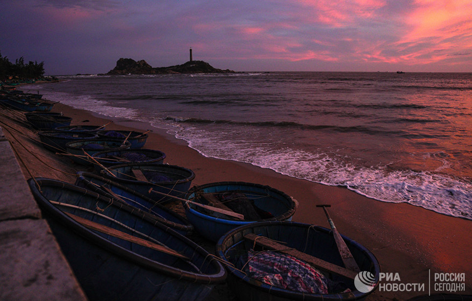 Рыбацкие лодки на берегу в деревне Ке Га во Вьетнаме
