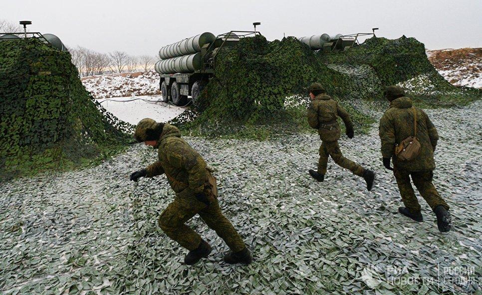 Служащие боевых расчетов зенитного ракетного полка соединения ПВО Восточного военного округа на боевом дежурстве по противовоздушной обороне