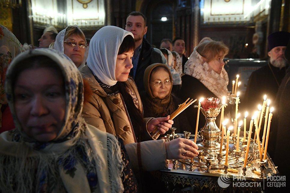 Верующие во время богослужения в день открытия XXVI Международных Рождественских чтений в кафедральном соборном Храме Христа Спасителя в Москве