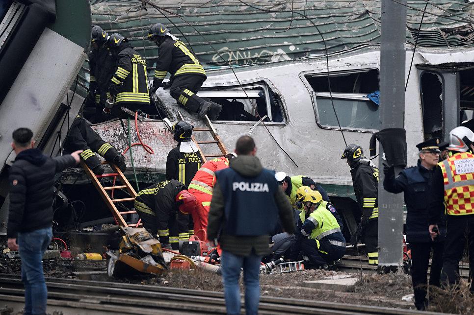 Спасатели и полицейские на месте крушения поезда на окраине Милана, Италия. 25 января 2018