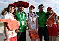 Болельщики сборной Мексики фотографируются с волонтерами перед началом матча Кубка конфедераций между сборными Мексики и Новой Зеландии в Сочи