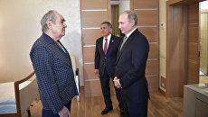 Президент РФ Владимир Путин и президент Татарстана Рустам Минниханов во время посещения в больнице экс-главы Татарстана Минтимера Шаймиева. 25 января 2018