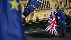 Демонстрант с флагами ЕС и Великобритании. Архивное фото