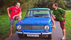 Филип Вогел и Петр Явурек у автомобиля ВАЗ-2101, на котором они совершили кругосветное путешествие