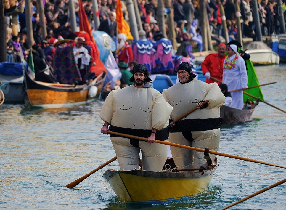 Участники маскарада на Гранд-канале во время Венецианского карнавала, Италия. 28 января 2018 год