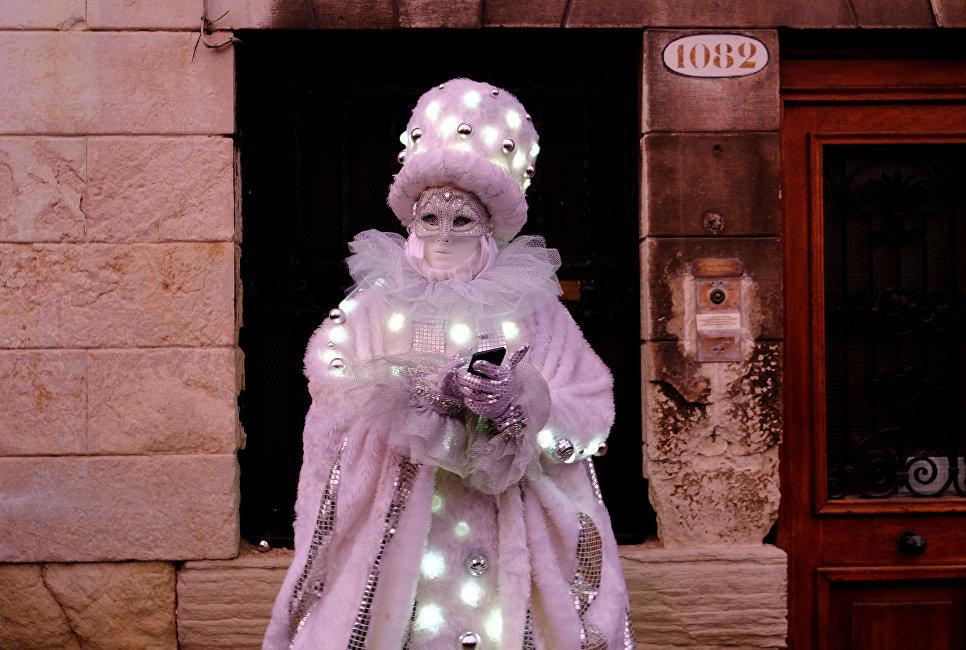 Участник Венецианского карнавала в Италии. 27 января 2018 года