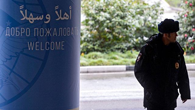 Сотрудник полиции в аэропорту Сочи перед началом Конгресса сирийского национального диалога