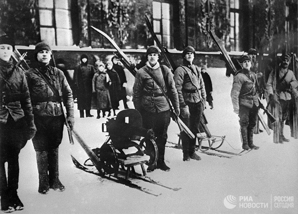 Лыжники - разведчики Красной Армии.