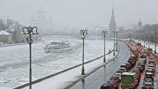 Автомобили на Кремлевской набережной. Архивное фото