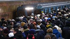 Люди ждут поезда на станции московского метро Сходненская