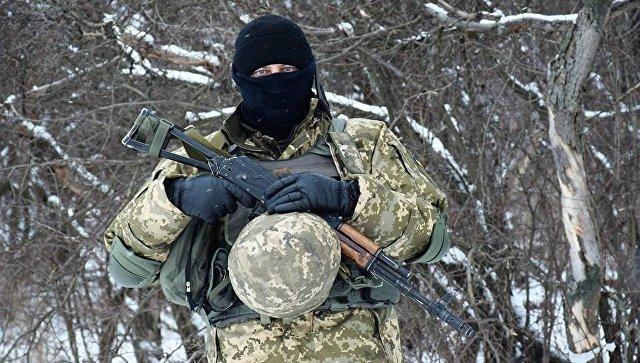 Военнослужащий вооруженных сил Украины на линии разграничения в Донбассе. Архивное фото