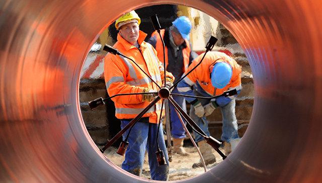 Сварка труб на строительстве газопровода. Архивное фото