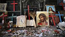 Распятия и иконы в разрушенной церкви Непорочного Зачатия в Каракоше, Ирак