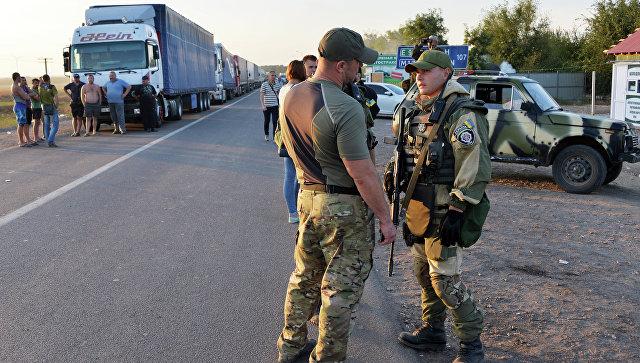 Сотрудники правоохранительных органов Украины у пограничного пункта Каланчак. Архивное фото