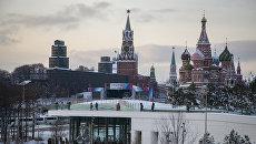 Вид на Московский Кремль из природно-ландшафтного парка Зарядье. Архивное фото