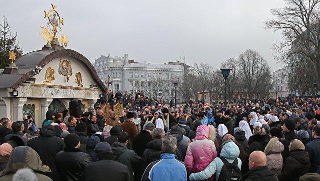 Священнослужители и верующие во время молебна в защиту Владимиро-Ольгиевского храма Десятинного монастыря в Киеве. 3 февраля 2018