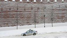 Полицейский автомобиль на Васильевском спуске в Москве. Архивное фото