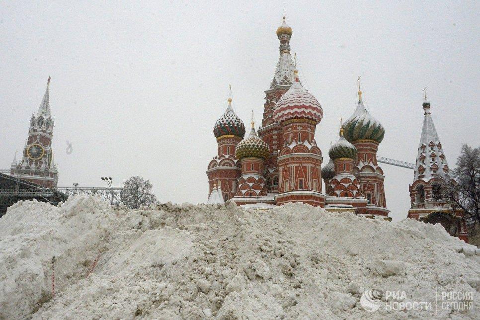 Сугробы на Васильевском спуске во время снегопада в Москве. 4 февраля 2018