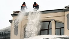 Сотрудники коммунальных служб во время уборки снега в Москве