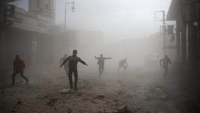 Члены гражданской обороны и гражданские лица после авиационного налета в Дамаске, Сирия. 6 февраля 2018