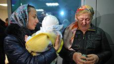 Встреча в аэропорту Грозного годовалой девочки из России Халимат Абдуллаевой, которую вернули из Ирака