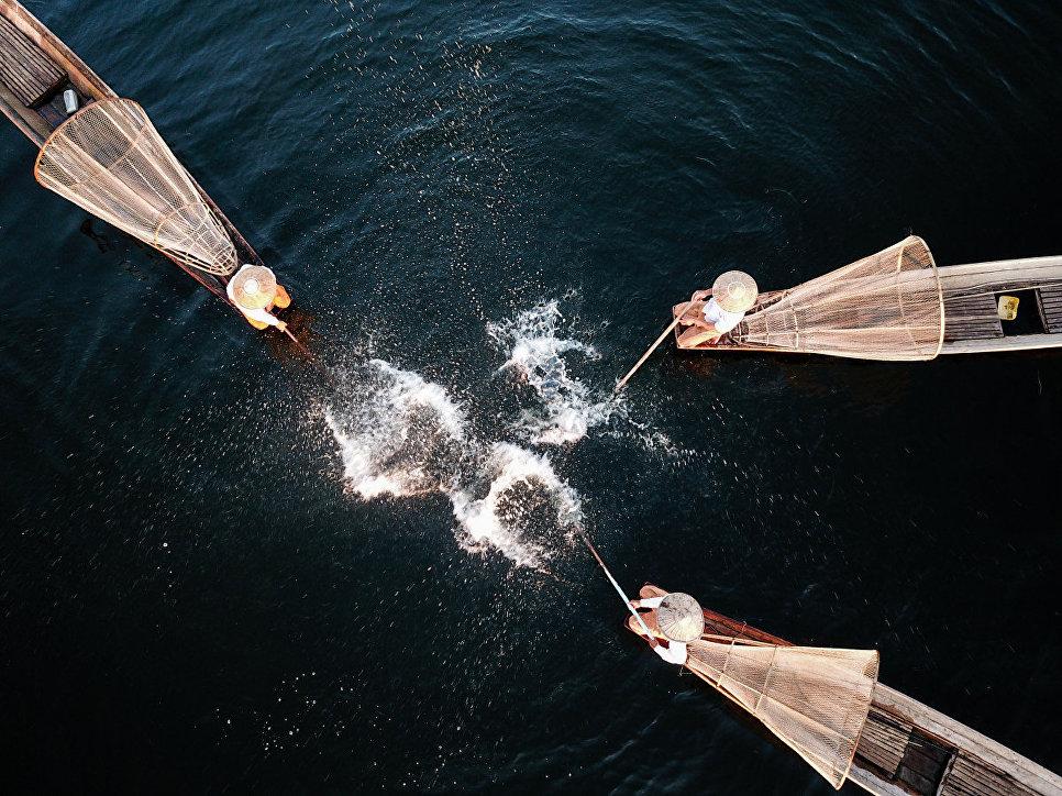 Снимок Рыбная ловля на реке (1茵莱河捕鱼表演 ) фотографа Шуй Цинхуа (水庆华), занявший первое место в категории История