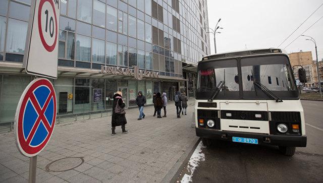 Полицейский автобус у здания редакции газеты Вести в Киеве. 8 февраля 2018
