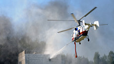 Вертолет Ка-32А во время тушения пожарной пушкой на межведомственных демонстрационных полевых учениях, которые прошли в рамках III Международного салона Комплексная безопасность-2010