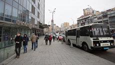 Полицейский автобус у здания редакции газеты Вести, где проводятся обыски. 8 февраля 2018