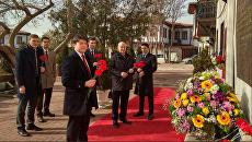Сотрудники посольства РФ в Анкаре во время возложения цветов к мемориальной доске памяти Андрея Карлова
