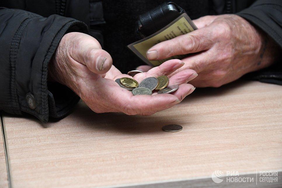 Мужчина держит монеты в руке
