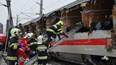 Спасатели на месте столкновения двух пассажирских поездов в Никласдорфе, Австрия. 12 февраля 2018 года