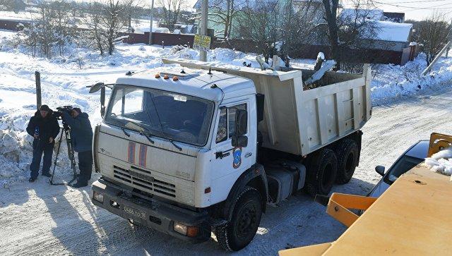 Автомашины МЧС России вывозят фрагменты самолёта с места крушения в Раменском районе Московской области. 13 февраля 2018