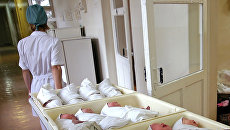 Новорожденные в родильном доме. Архивное фото