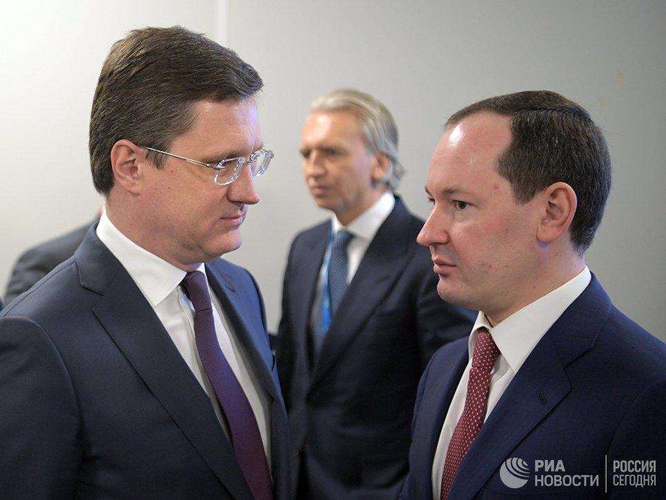 Министр энергетики РФ Александр Новак (слева) и генеральный директор ПАО Россети Павел Ливинский на Российском инвестиционном форуме (РИФ-2018) в Сочи