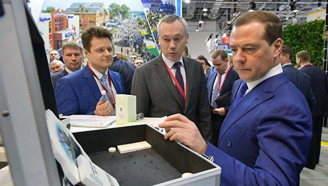 Председатель правительства РФ Дмитрий Медведев во время осмотра выставочных стендов ряда регионов на Российском инвестиционном форуме Сочи-2018. 15 февраля 2018