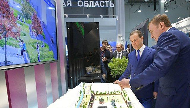 Дмитрий Медведев и губернатор Тульской области Алексей Дюмин во время осмотра выставочных стендов ряда регионов на Российском инвестиционном форуме Сочи-2018. 15 февраля 2018