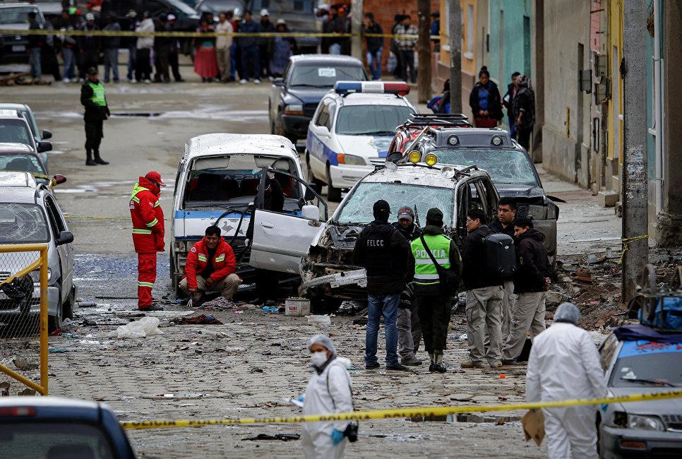 Полицейские осматривают место взрыва в Оруро, Боливия
