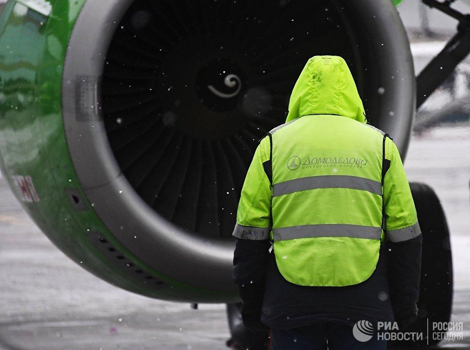 Сотрудник аэропорта Домодедово во время обслуживания самолета