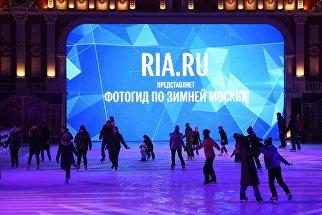 Ролик ria.ru/РИА новости, который прокатывается на катке на Пушкинской площади