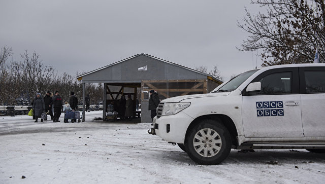 Автомобиль миссии ОБСЕ в районе временного пункта пропуска Станица Луганская между Украиной и Луганской народной республикой