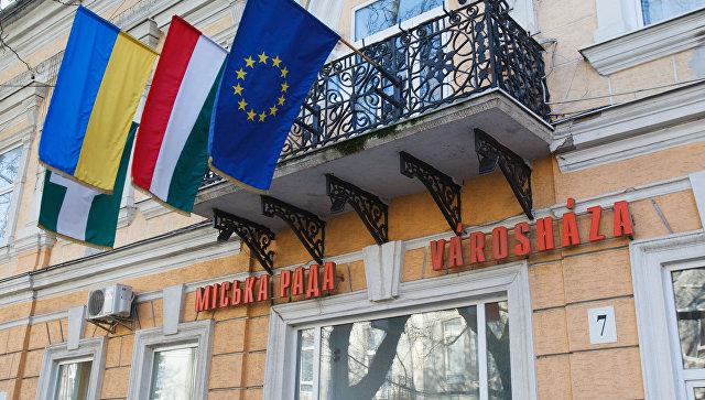 Флаги Венгрии, Украины и Евросоюза в украинском городе Берегово, где проживают закарпатские венгры. Архивное фото