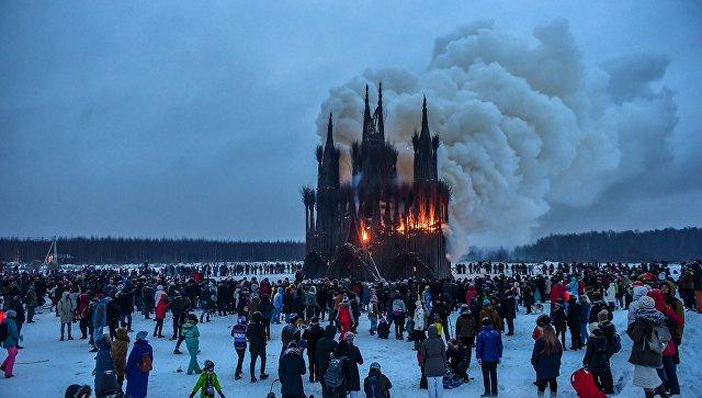 В РПЦ осудили сожжение готического собора из веток на Масленицу