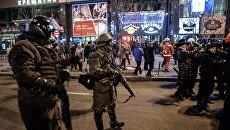 Сотрудники правоохранительных органов на улице в Киеве. Архивное фото