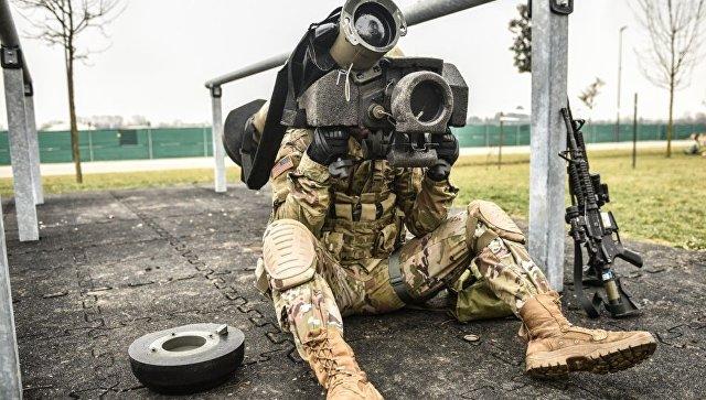 Американский военнослужащий с противотанковым ракетным комплексом (ПТРК) Javelin. Архивное фото